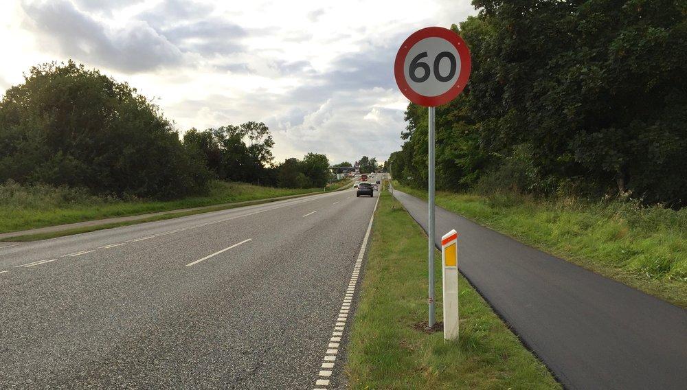 På Kongevejen fra Birkerød, må man køre 80 km/t. Umiddelbart inden man når Blovstrød, er der nu opsat et 60 km/t-markering, men lidt længere fremme - lidt skjult af bevoksningen - vises et fremrykket Blovstrød-byskiltet, at kun 50 km/t er tillladt. Foto: AOB
