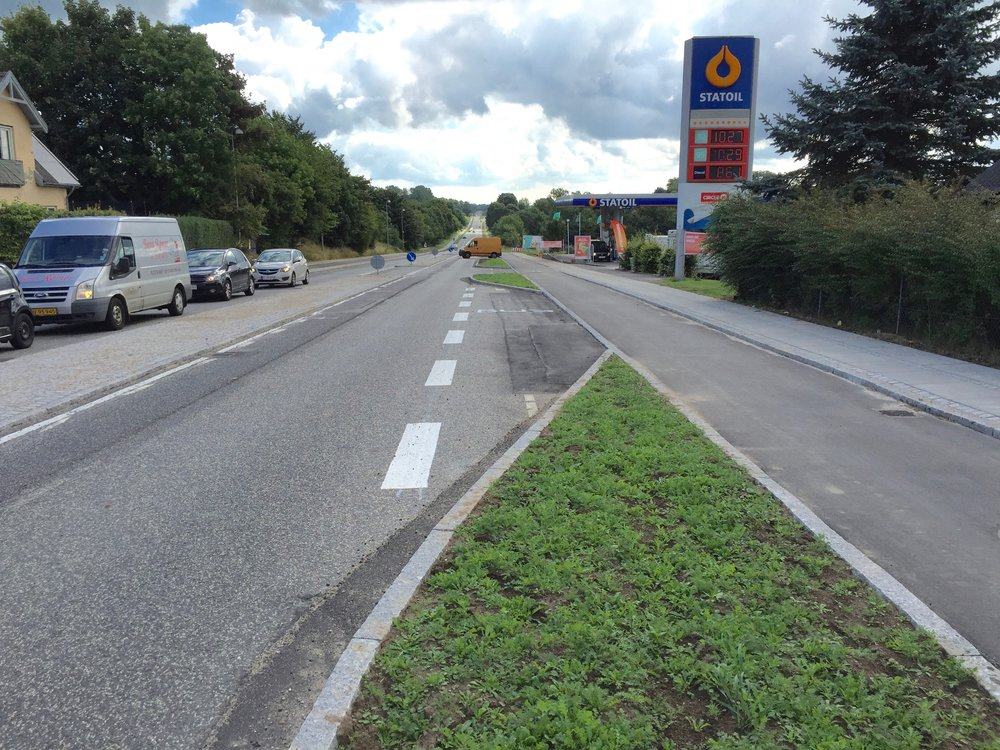 Buslommen ved Statoil er forlængst etableret, men er stadig ikke taget i brug - Busskiltet med køreplan står ca. 300 meter længere mod syd. Foto: AOB