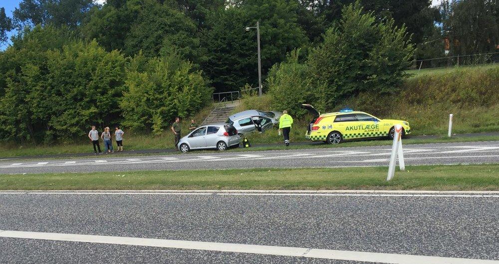 Flere biler er impliceret i ulykken i dag, hvor akutlægen hurtig er fremme. Foto: AOB