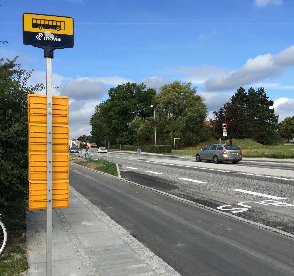 Movia-busstanderen står nu ved den nye buslomme, hvor bussen fremover vil holde, når man skal syd på. Men der er   endnu ikke markeret et nyt busstoppested på den modsatte side af Kongevejen. Hvor skal man stå, hvis man vil med bussen mod nord? Foto: AOB