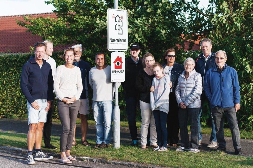 Kim Enevoldsen - nummer fem fra venstre - sammen med tilfredse 'Næralarm'-kunder fra villakvarteret Ved Gershøj i Måløv. Foto: 'Næralarm'
