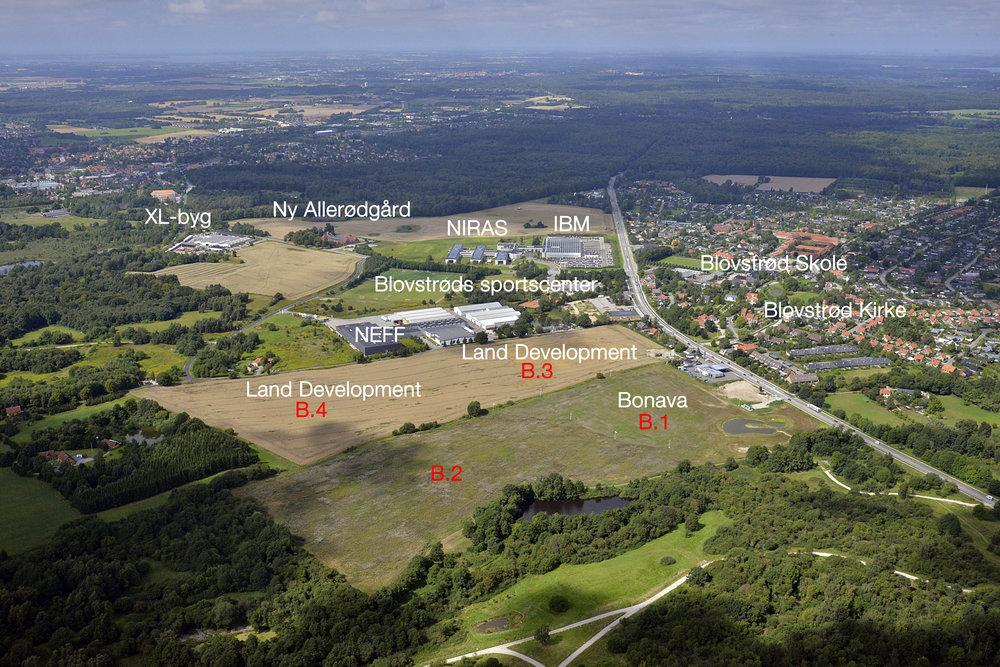 Præstejorden - den gyldne mark midt i billedet - er det areal, hvor der nu skal udarbejdes lokalplanforslag for de to byggefelter. Forslaget skal efterfølgende ligge til offentlig høring i 8 uger. Luftfoto:Land Development