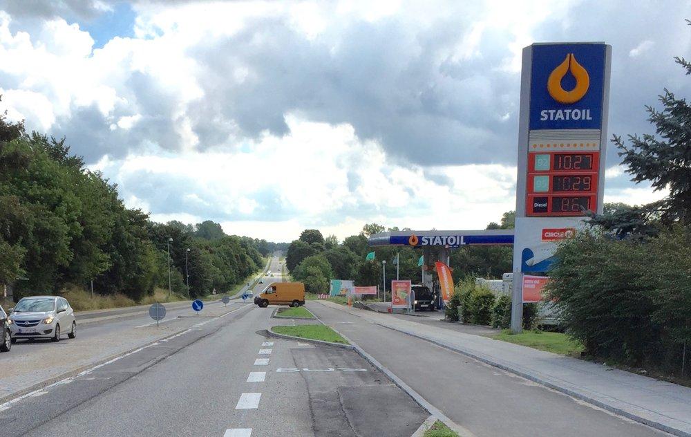 En kvindelig bilist, som kom fra nord, svingede til højre ind på Statoil-tanken, men overså en cyklist, som kom kørende på cykelstien. Arkivfoto: AOB