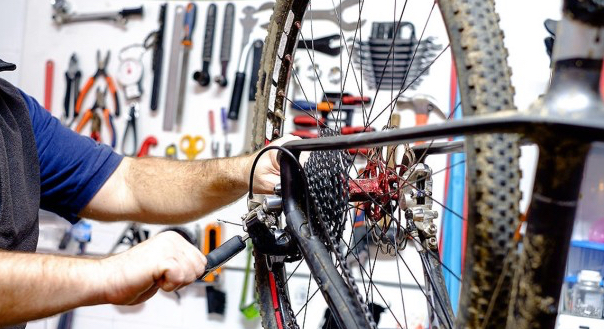 Flygtninge og børn under 15 år kan få en cykel gratis, mens voksne med opholdstilladelse skal betale 50 kr.