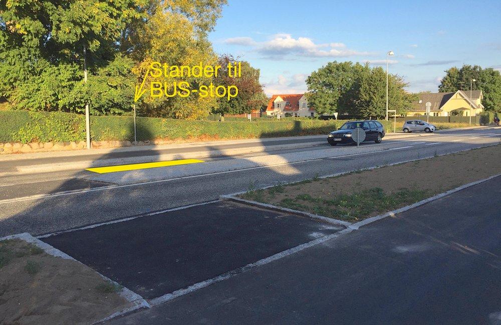 Standeren for det kommende busstoppested for den nordgående trafik er nu sat op, og den viser, at det fremtidige stoppested (vist med gul markering)er flyttet en del længere væk fra Blovstrød Byvej end oprindeligt angivet på NIRAS' dispositionsforslag. Foto: AOB
