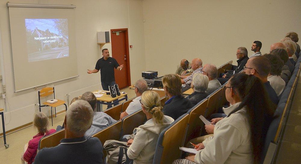 Der var rigtig mange gode spørgsmål, da Blovstrød-borgerne onsdag aften satte hinanden stævne på Blovstrød Skole for at høre nærmere om forebyggelse af indbrud. Foto: AOB