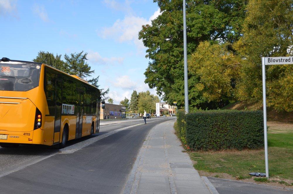 10:22:15: Bus 385 bemærker en passager ved det nye busstoppested og blinker ind til siden.