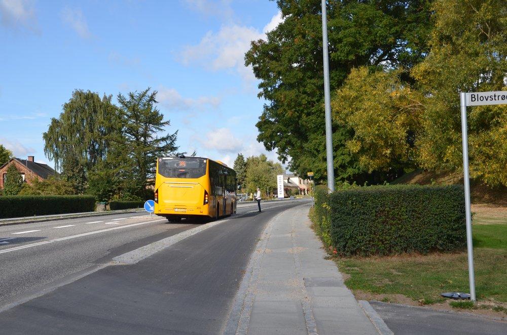 10:22:18: Bussen bremser op ved busstoppestedet.