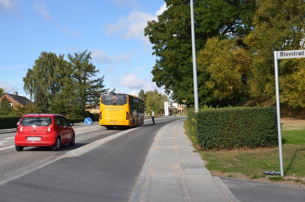 10:22:21: Bussen er stoppet, og en bagfra kommende personbil må bremse op.