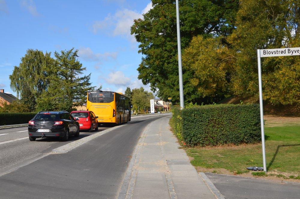 10:22:30: Passagerne er kommet ind i bussen og døren lukkes. Men det er stadig for farligt at køre ud fra Blovstrød Byvej.
