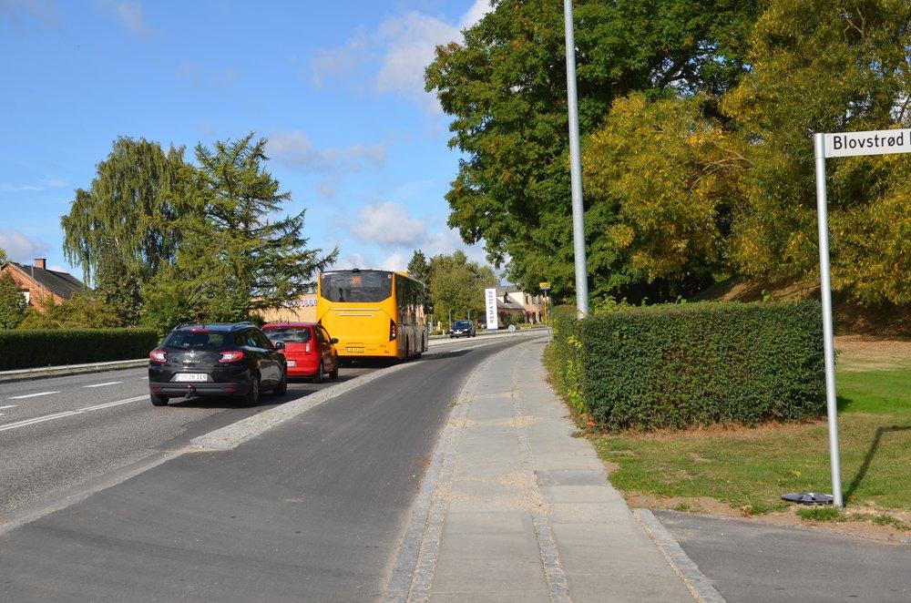 10:22.35: Bussen og de bagved kørende personbiler kører igen. Men først når bussen er næsten henne ved Rema 1000, har man igen oversigt over den nordfra kommende trafik.