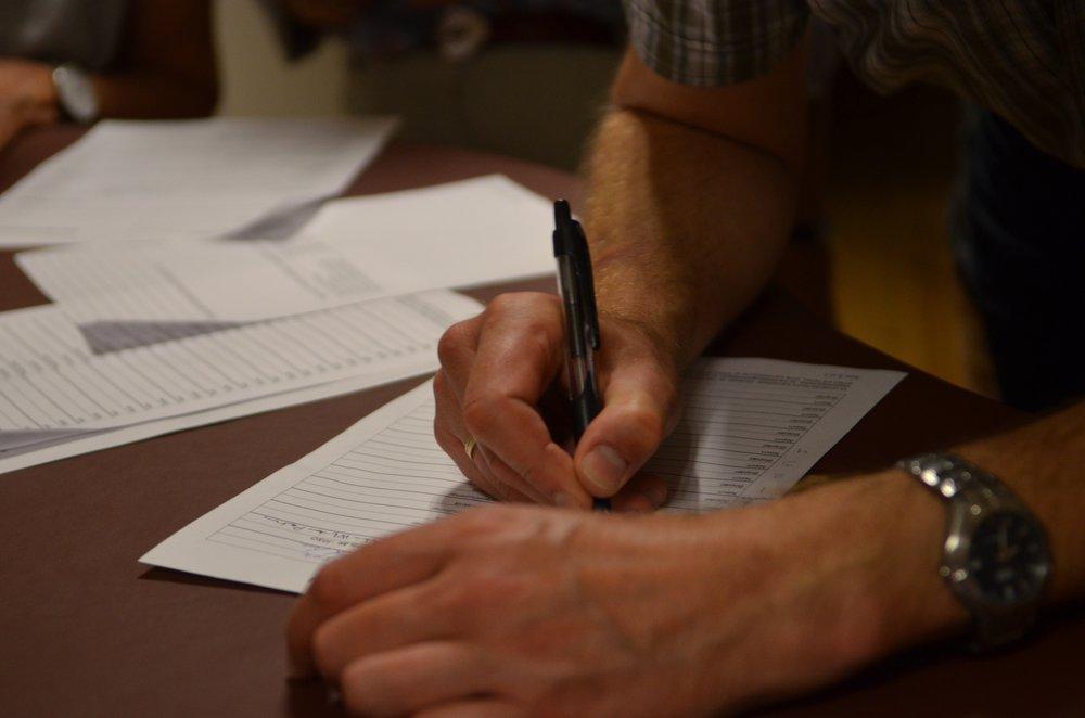 De nyvalgte kandidater skriver under på diverse dokumenter. Foto:AOB