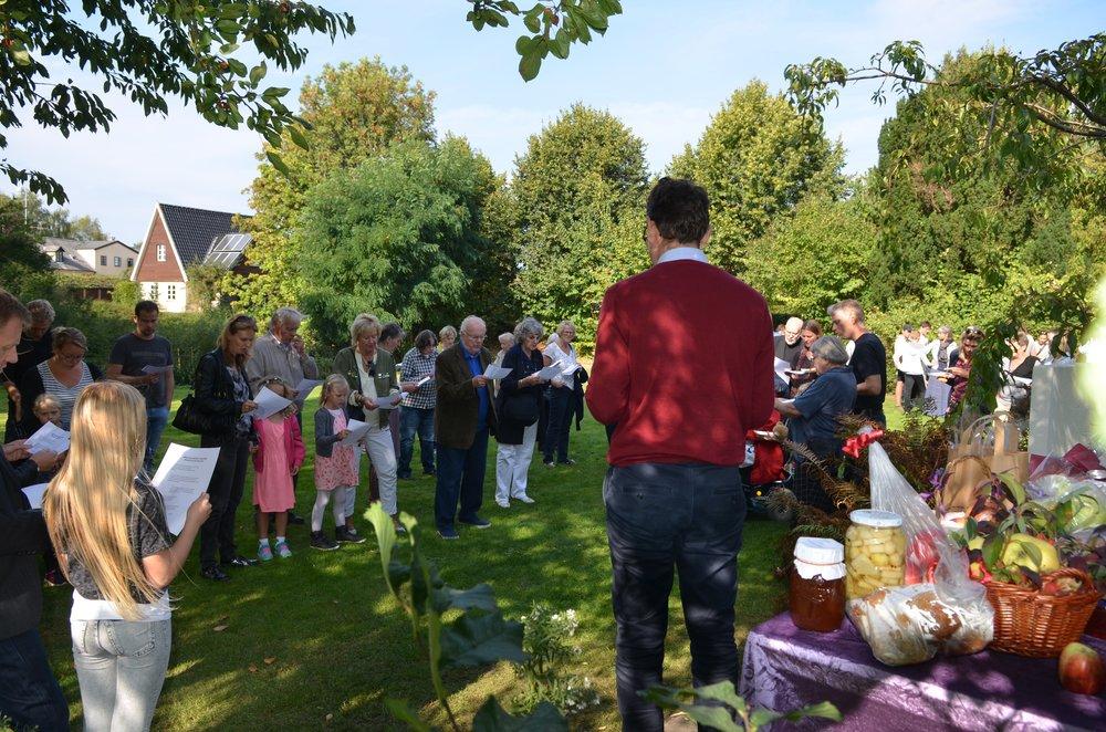 Ved høstfesten var der 'præmiere' på Mogens Falks efterårssang. Foto: AOB