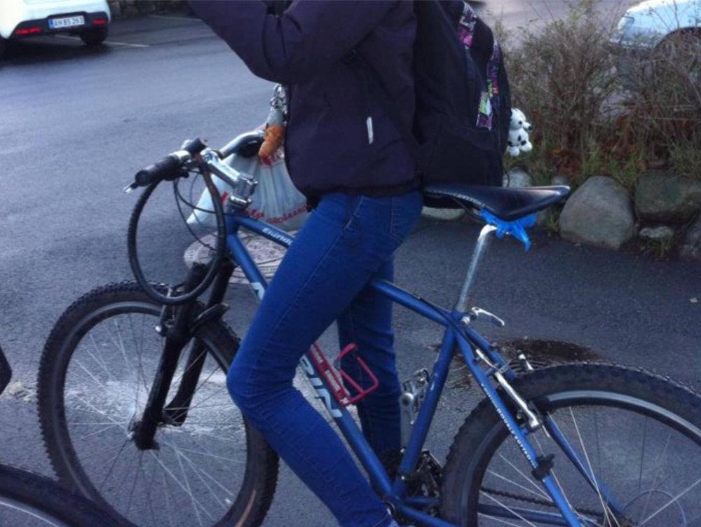 Her ses den stjålne cykel, som siden har fået knaldgule håndtag.