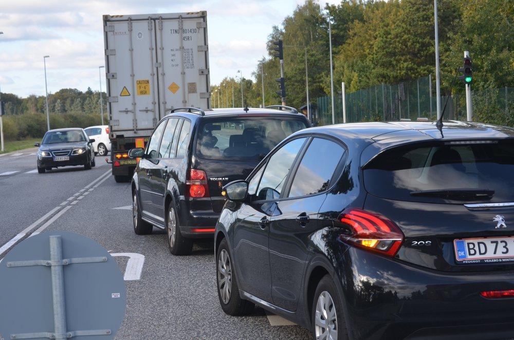 Ved den korte venstresvingsbane mod Sortemosevej spærrer alle de bilister, som skal til venstre, for de ligeud-kørende, hvilket skaber de lange køer. Foto:AOB