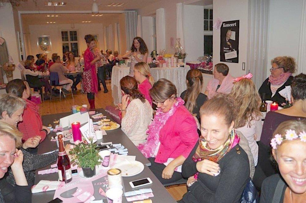 Ved 'Pink Party'-festen blev der i alt indsamlet det flotte beløb på kr. 35.100,-, som går ubeskåret til Kæftens Bekæmpelse mod brystkræft. Privatfoto.