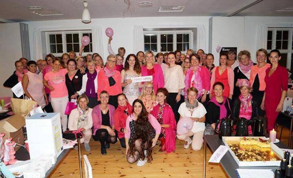 Her er alle de lyserøde piger samlet i Blovstrød Sognegård. Privatfoto