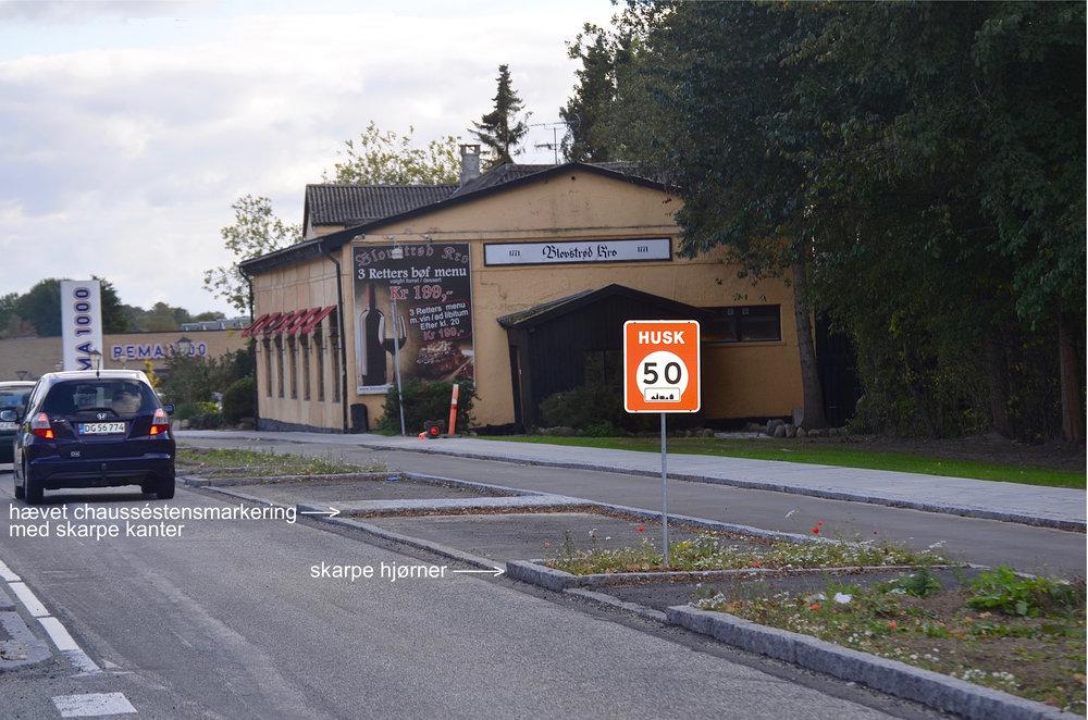 Mellem de to parkeringspladser er der udført en hævet chausséstensmarkering, som forhindrer, at en lidt større varebil kan komme ind og parkere. Samtidig er granit-hjørnerne meget skarpe. Foto: AOB