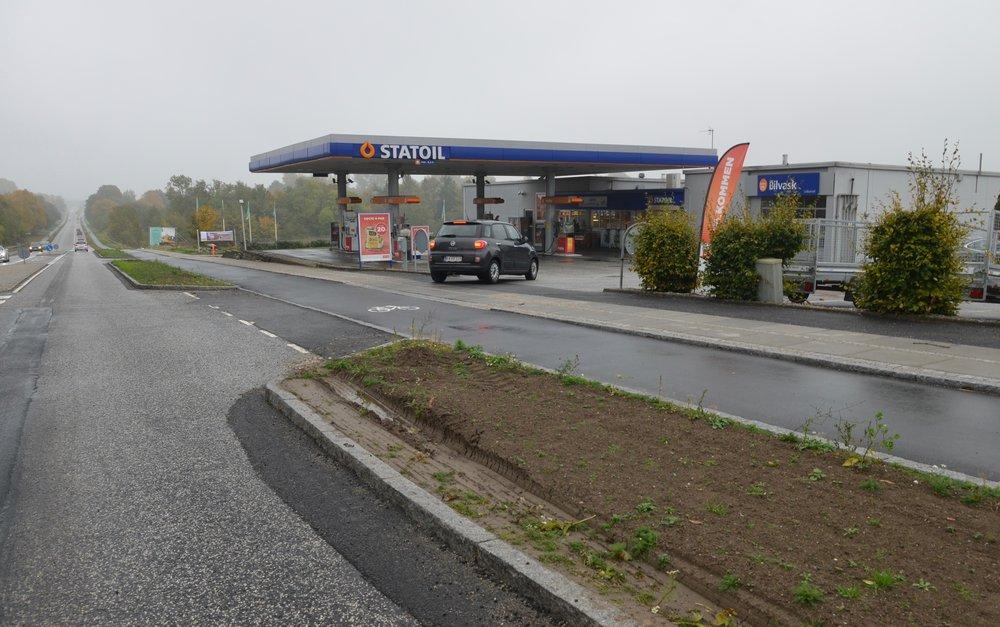 Før i tiden var der en højresvingsbane ind til Statoil, hvilket gjorde, at man som bilist kunne se evt. cyklister komme kørende påcykelstien - i bakspejlet. Denne mulighed er der ikke mere. Konsekvensen er flere cykelulykker. Foto: AOB