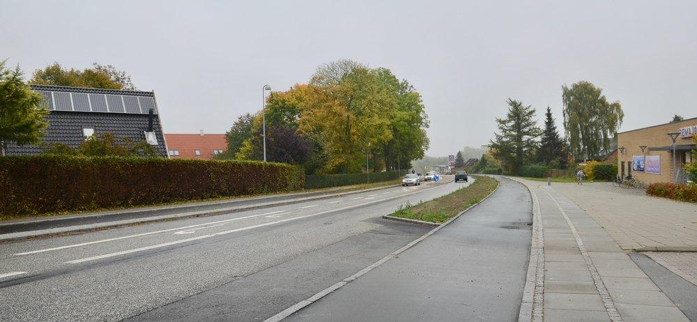 Venstresvingsbanen til til Blovstrød Kro og REMA 1000 er kæmpe lang - modsat er venstresvingsbanen til Sortemosevej blevet reduceret i længden efter renoveringen. Foto: AOB