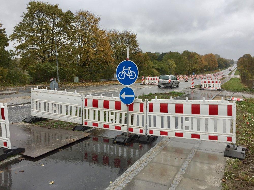 Det er en temmelig lang vejstrækning, der bliver involveret i byporten - et lille stykke syd-øst for Statoil og ud til den nye placering af Blovstrød-byskiltet, og cyklisterne bliver midlertidig henvist til den modsatte side af Kongevejen. Foto:AOB