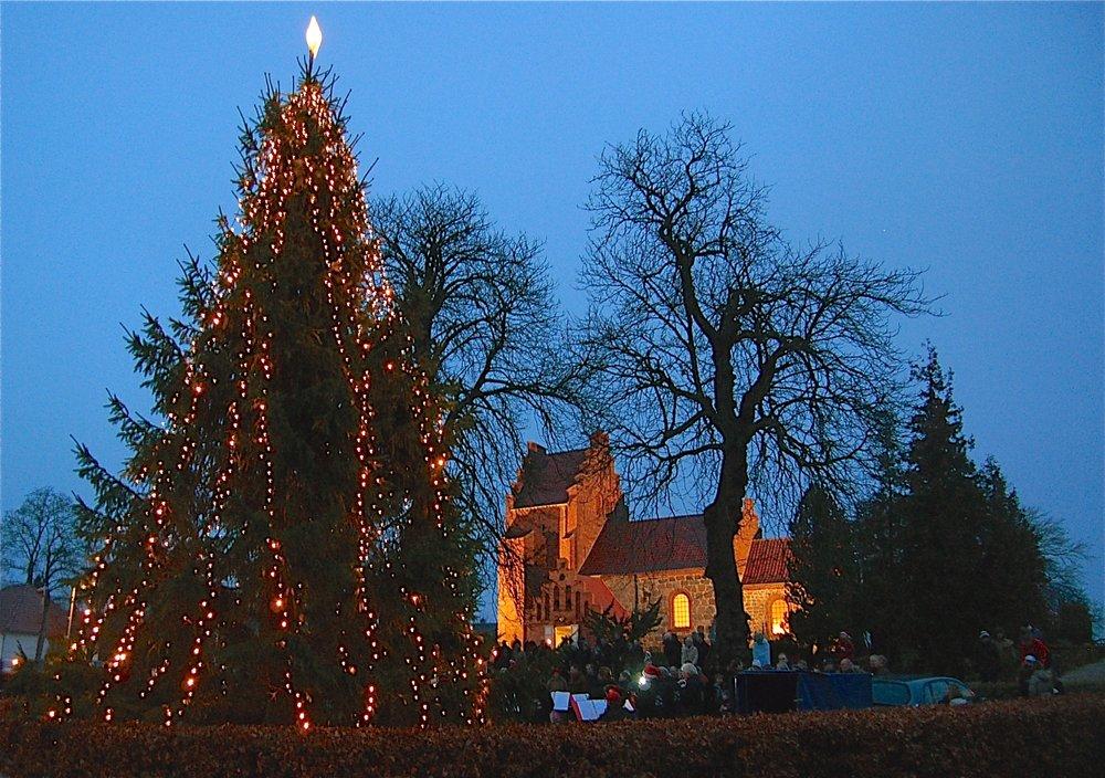 I år er det lykkedes, at få juletræet flyttet tilbage til pladsen foran kirken. Arkivfoto: AOB