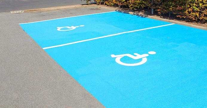 En korrekt markering af handicap-parkeringspladser kunne være som ovenstående eksempel.