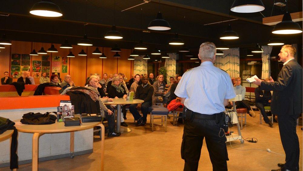 Over 60 borgere var mødt op ved et orienteringsmøde med politiet og Allerød Kommune. Foto. AOB