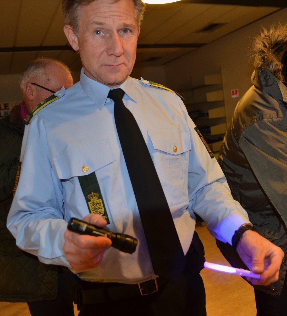 Morten Risager Petersen viste, hvordan den usynlige DNA-væske duppes på dine værdifulde ting, og så er de mærket for altid.Væsken indeholder en unik DNA-kode (mikroprikker blandet sammen med UV-væske), der knyttes til dig - og kun dig. Den er kun synlig, når mærkningen bliver udsat for UV-lys.Foto: AOB
