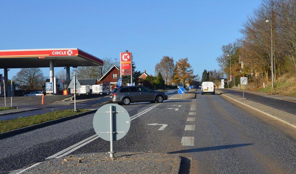 Når man kommer fra syd og vil ind på tanken, bliver man automatisk ledt ind på en venstresvingsbane, som fører bilisterne ind ad den sydlige indkørsel,som samtidig er den eneste udkørsel fra tankstationsområdet.Foto: AOB