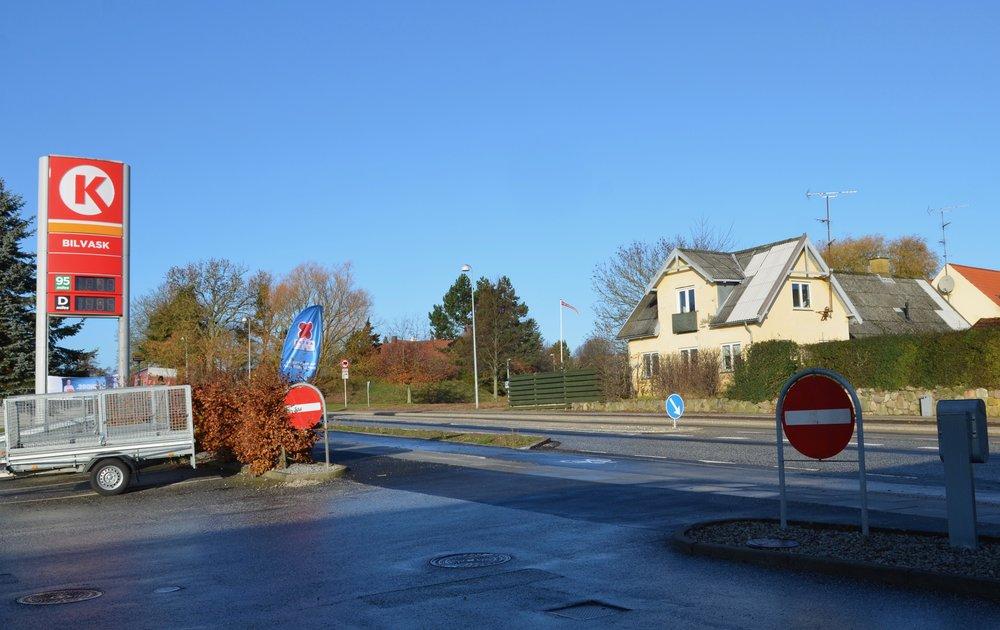 Den nordlige overkørsel er en 'ren' indkørsel - udkørsel er forbudt! Foto: AOB