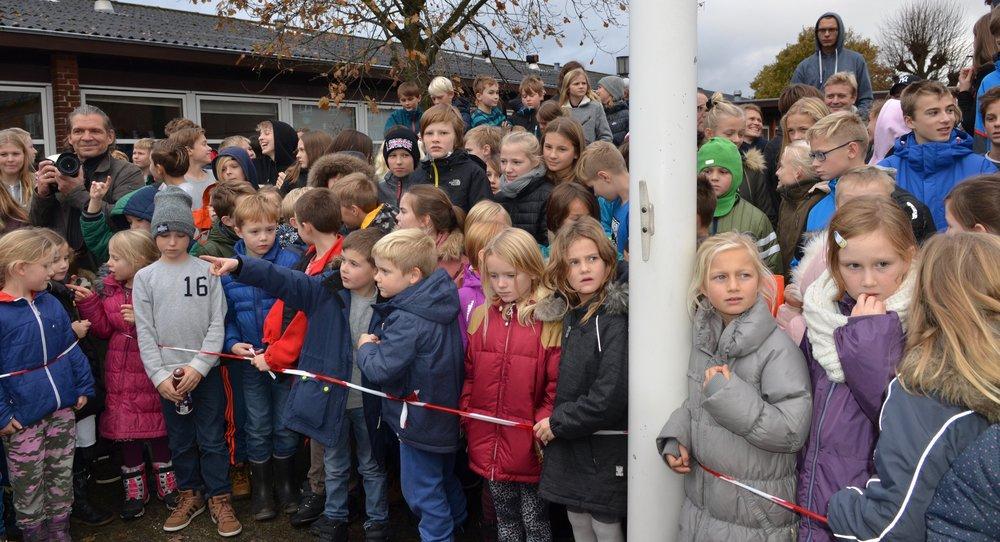 Alle 400 elever fulgte med, da tidskapslen blev nedlagt i skolegården - tæt ved skolens flagstang. Foto: AOB