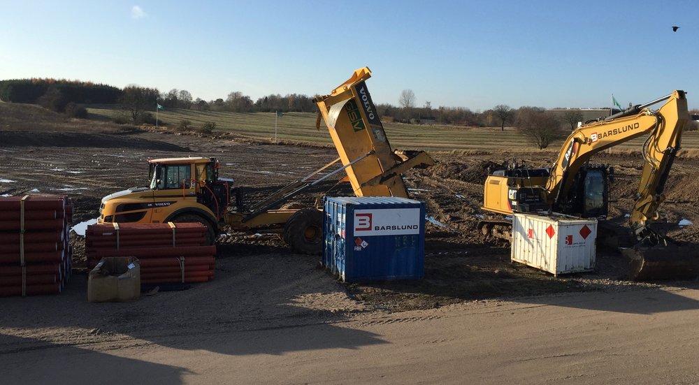Fem gravemaskiner har i et stykke tid været i gang med byggemodningen af hele Drabæk-Huse-området, og de kommende interne veje er allerede 'køreklar'. Foto: AOB