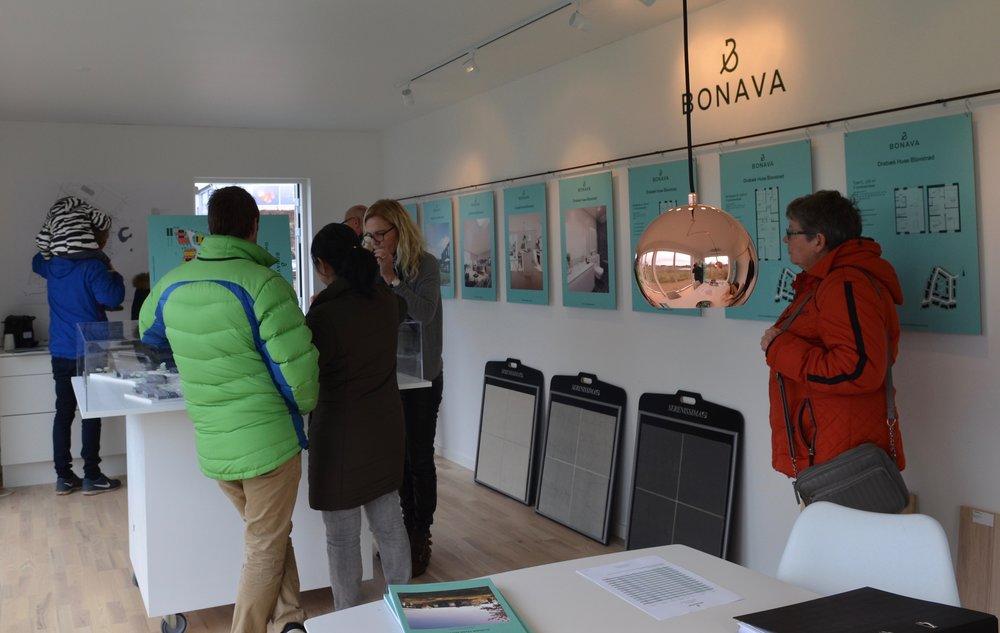 Hver søndag er der 'åbent hus' ved salgspavillonen hos Bonava, som får mange interesserede på besøg. Foto: AOB