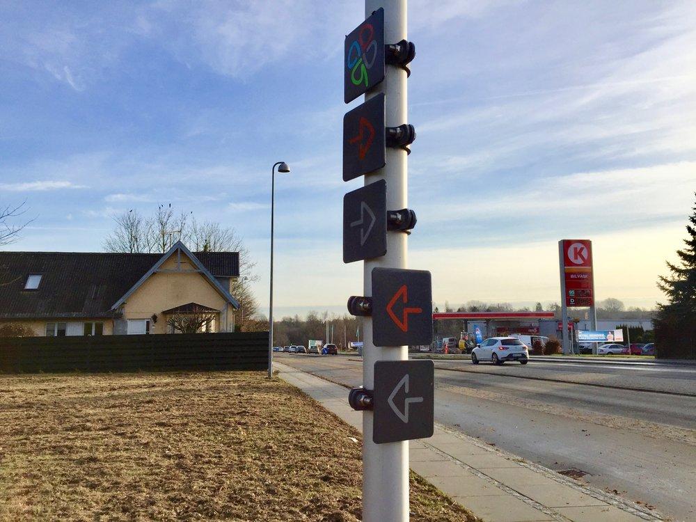 Bl.a. ved indkørslen til Blovstrød Byvej bemærker den opmærksomme borger, at der på en stander er opsat små skilte med pile - men hvad betyder disse pile? Foto: AOB