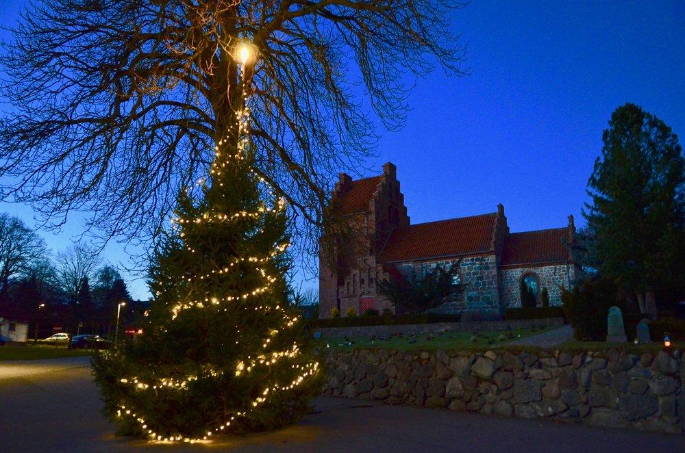 Helt ude fra Kongevejen kan man i år se kirkens smukke lysende juletræ. Foto: AOB