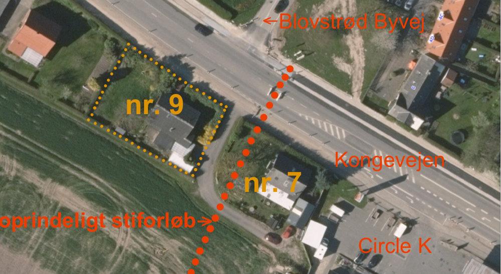 Ejendommen, Kongevejen 9, er overtaget af kommunen og anbefales nu nedrevet. En offentlig sti var planlagt at udmunde ved Kongevejen ud for den nyetablerede fodgængerovergang. Da ejendommen nr. 7 ikke nedrives foreløbig, må stiforløbet flyttes - eller ind til videre stoppe ved vejen bag nr. 7.Grafik: AOB