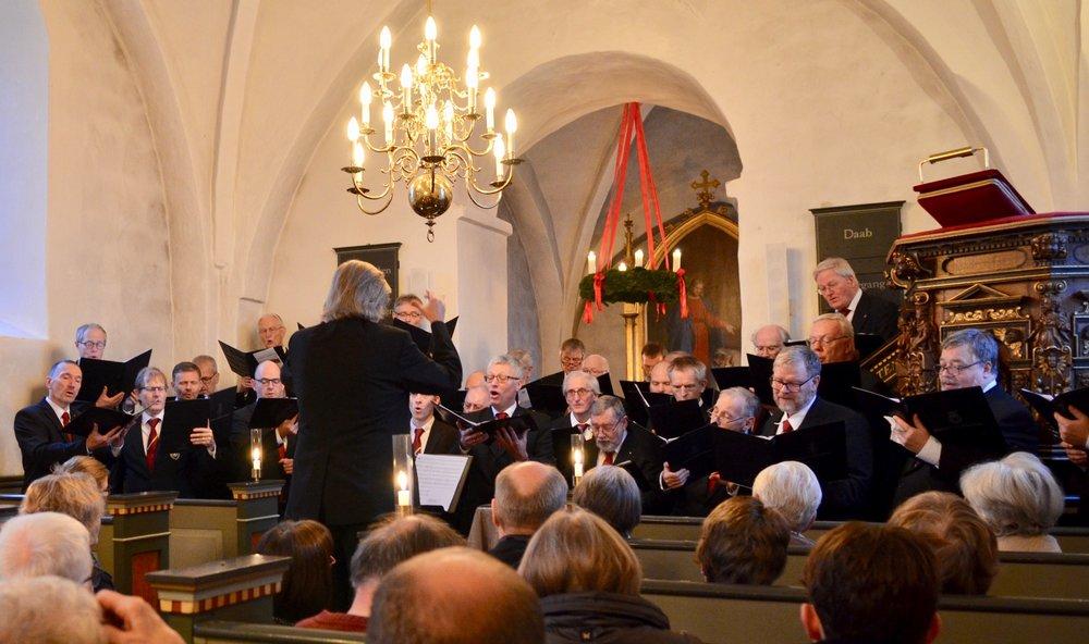 Mange af julens kendte sange blev fremført af studentersangerne - også svenske og tyske julemelodier.Ind i mellem var der endvidere fællessang. Foto:AOB