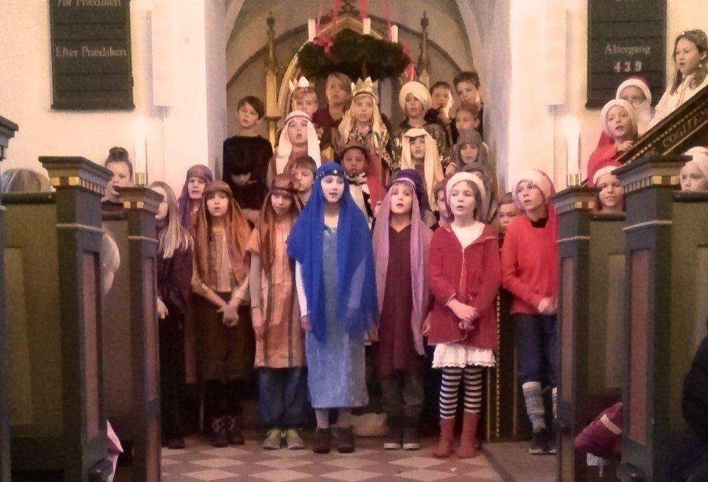 Hyrder, de hellige tre konger, nisser, fortællere, stort englekor på prædikestolens trappe og naturligvis Josef, Maria og Jesusbarnet fandt alle plads i kirken.Foto: Gunhild Fjord