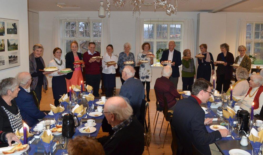Efter festgudstjenesten i kirken blev der bl.a. serveret lagkager, kaffe og bobler i sognegården. Foto: AOB