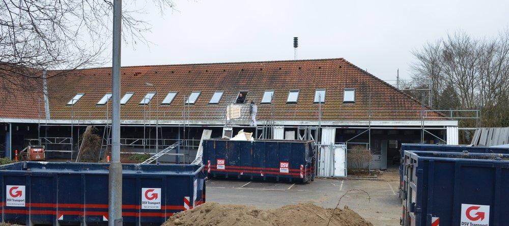 Håndværkerne er allerede nu i fuld gang med at ændre kontor- og butikscentret til boliger. Der arbejdes både indvendigt og udvendigt. Foto: AOB