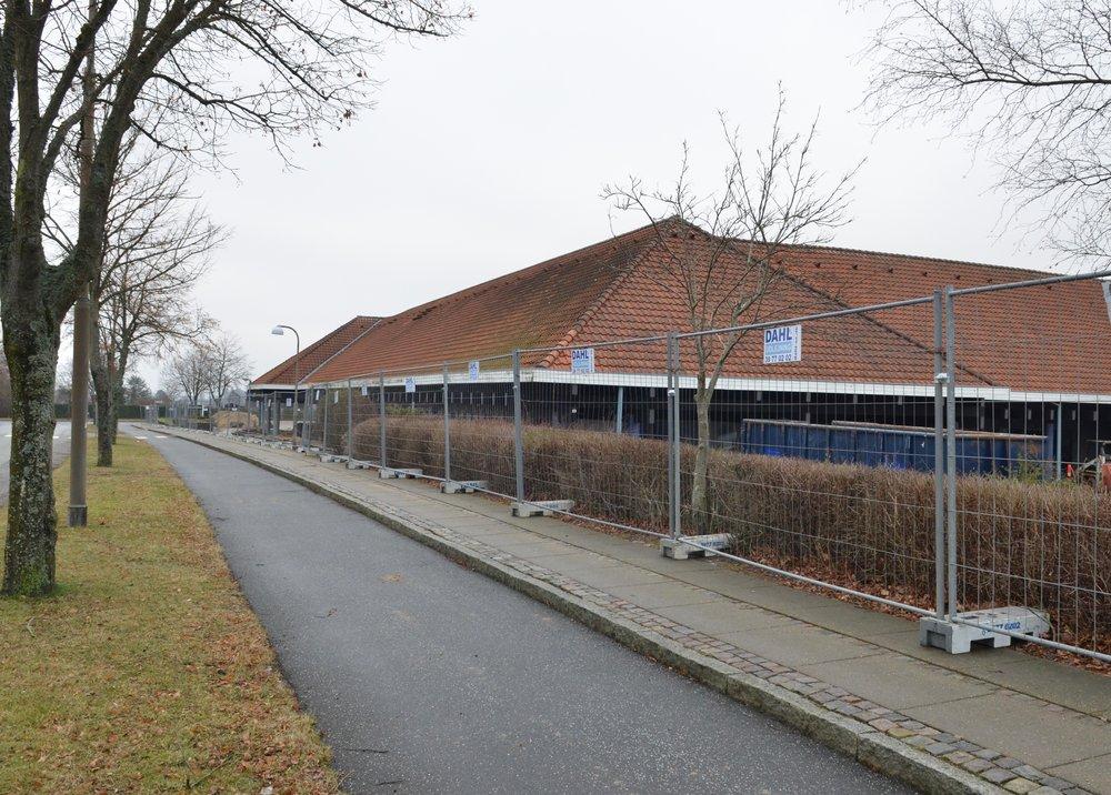 Hele bebyggelsen er omkranset af et byggepladshegn. Foto: AOB