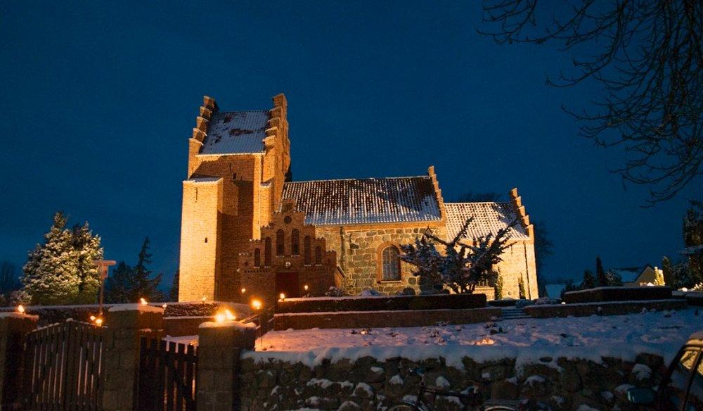 Alle børn får et lys at bære ud i mørket og op i kirken, som i dagens anledning kun vil være oplyst af levende lys. Foto: AOB