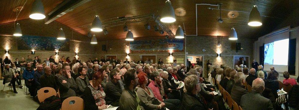 Tæt på 200 interesserede borgere var mødt frem i Festsalen på Blovstrød Skole for at høre mere nyt om bebyggelserne på vestsiden af Kongevejen. Foto: AOB