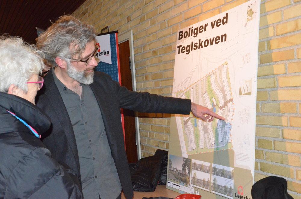 Arkitekt Stig Lassen   fra White arkitekter  viser de overordnede principper for byggeriet. Foto: AOB
