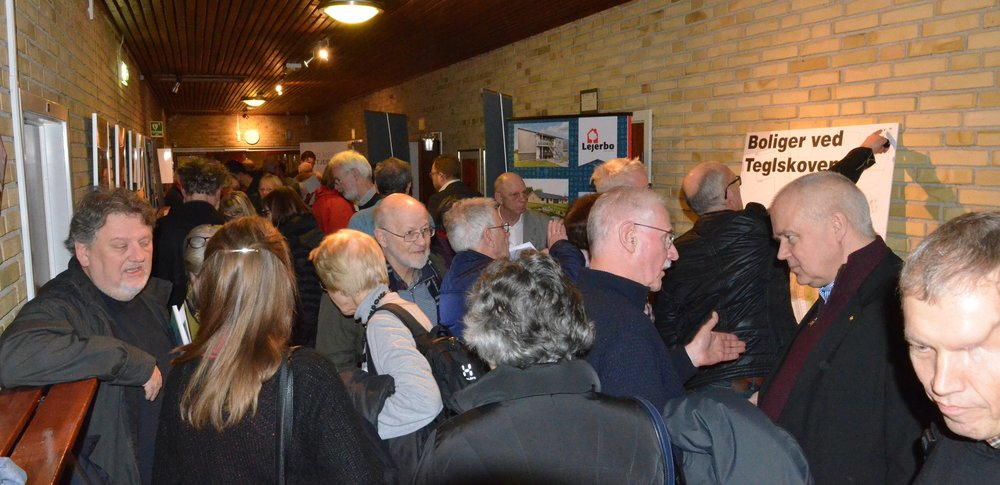 Gangen ved Festsalen var propfyldt med borgere, som ville stille mange spørgsmål. Foto:AOB