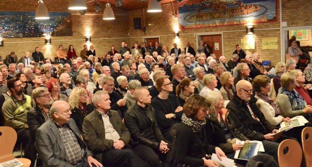 Små 200 interesserede var mødt frem, hvilket betød, at mange måtte stå op langs væggene i Festsalen. Foto: AOB