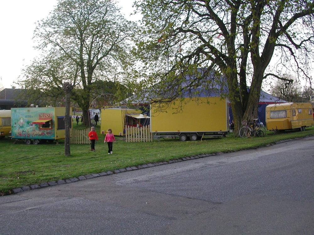 Vores fotograf viste i går flere fotos fra cirkusteltet, som var opstillet ved gadekæret her i Blovstrød. Foto: AOB