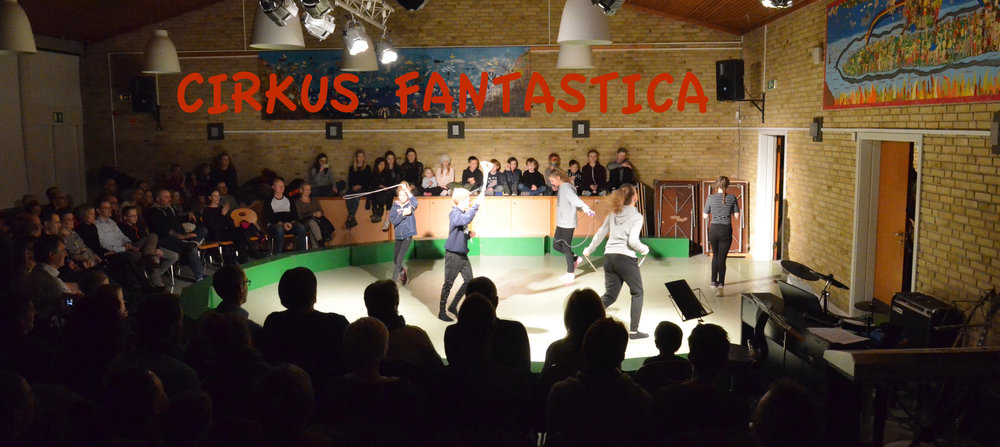 Publikum var meget spændte på at se, hvad skoleeleverne havde at fremvise af cirkusnumre - og de blev ikke skuffet.Fotos: AOB