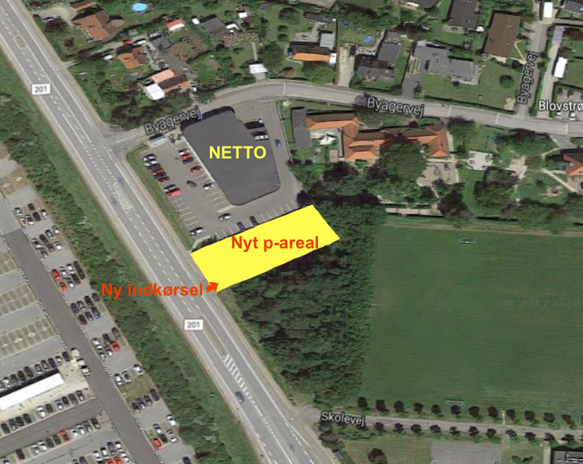 Netto har indgået en betinget købsaftale med naboen, Kongevejen 28, og vil nedrive bygningerne på grunden og udvide parkeringsarealet. Der etableres samtidig en ny indkørsel direkte fra Kongevejen. Garfik: AOB